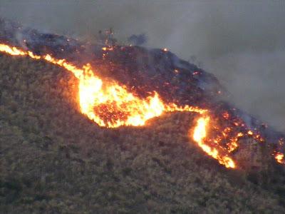 Serpiente de fuego en los cerros