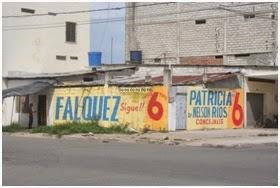Los partidos políticos en los procesos electorales no sólo cubren la inmensa mayoría de las paredes del Municipio sino también casas, coches y todo soporte considerado útil para sus fines.