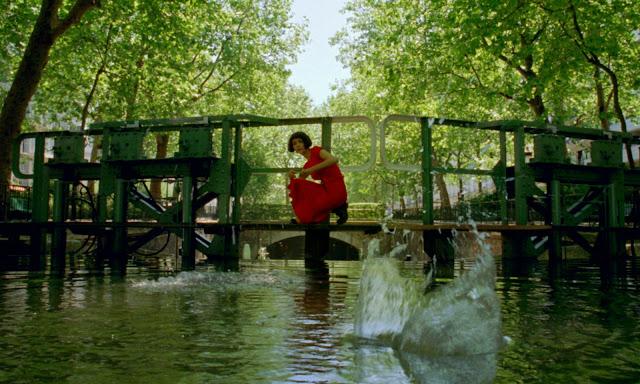 Audrey Tautou som Amélie Poulain, der slår smut med sten