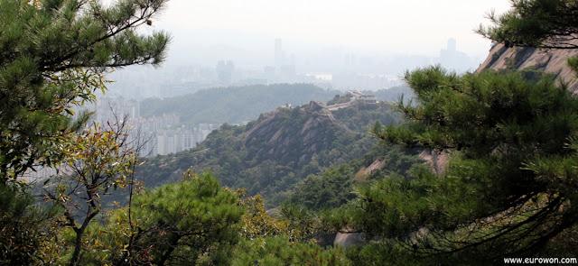 Muralla en la montaña Inwangsan