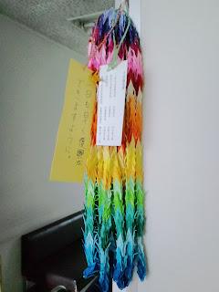 写真:院内の廊下にかけられていた千羽鶴