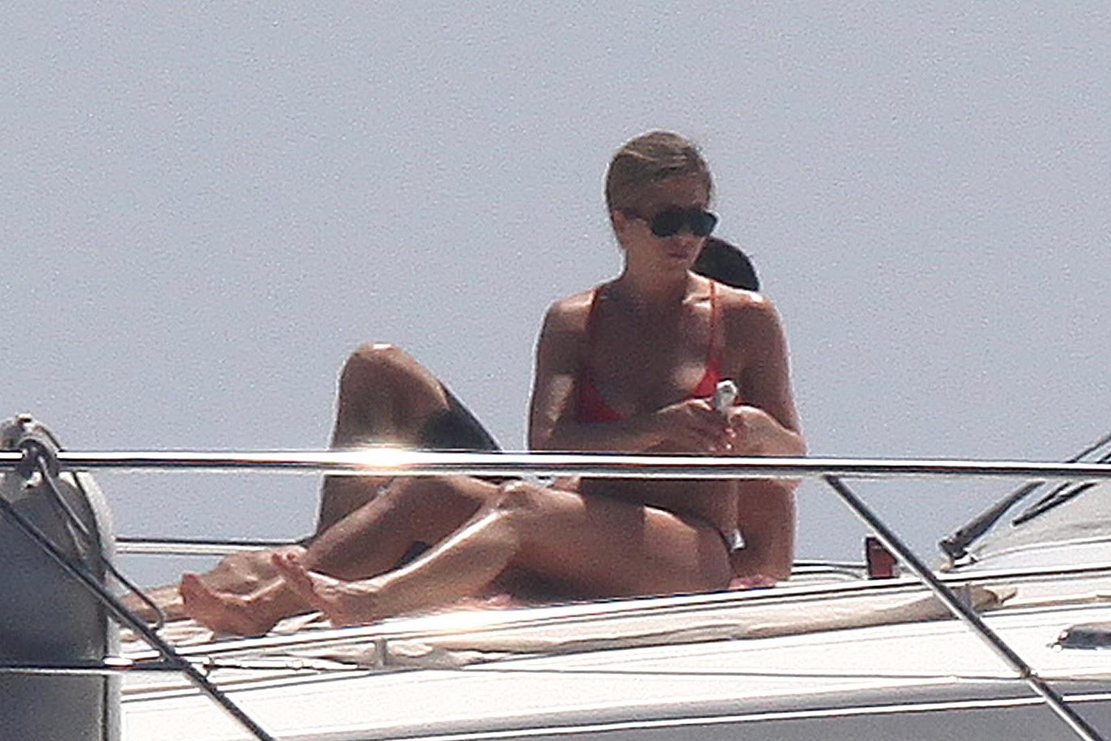 http://1.bp.blogspot.com/-3VsNI4qDRJI/T-SM7AmgckI/AAAAAAAAI44/yLrKvXmR0kU/s1600/Jennifer+Aniston+wearing++Bikini+On+Boat+in+Capri.jpg