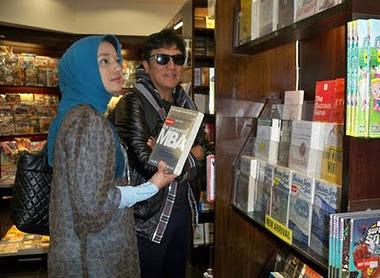 Marissa Haque & Ikang Fawzi Menemukan Surganya di Toko Buku Periplus, Airport Adisutjipto, Yogyakar