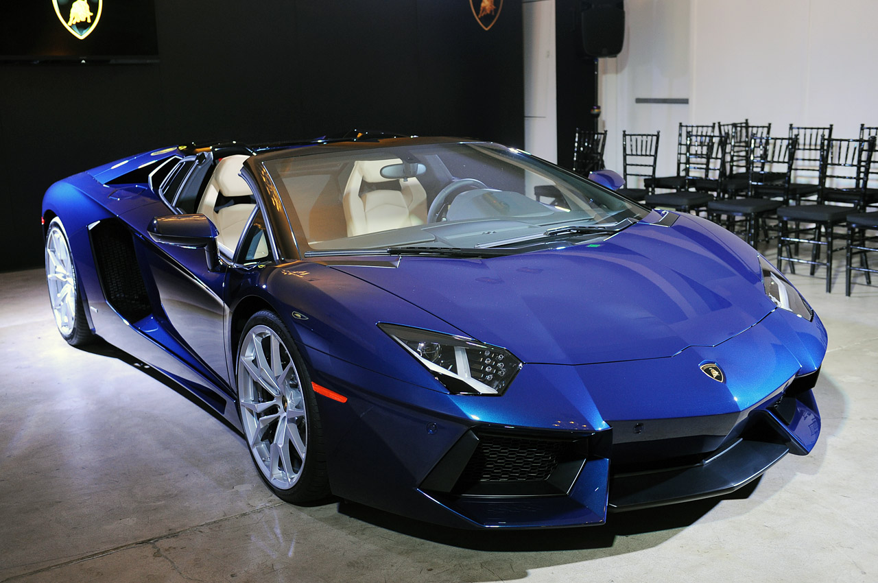 automotiveblogz ciao bella lamborghini 39 s aventador roadster looks smoking hot in la. Black Bedroom Furniture Sets. Home Design Ideas