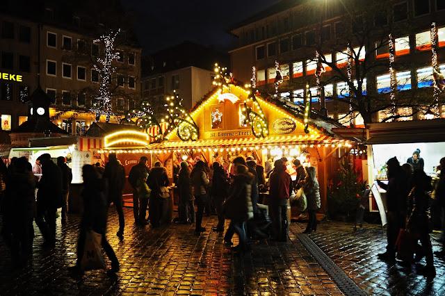 vánoční trh v noci // Christmas market at night