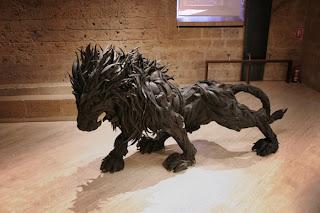 leão feito de pneu reciclado