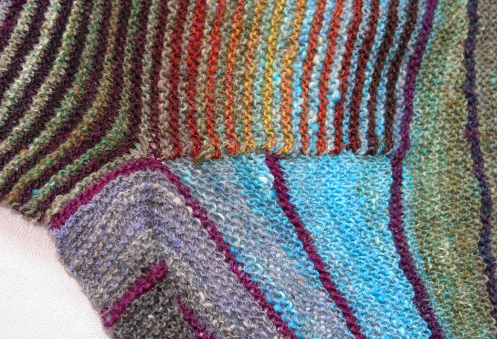 sweter w nierowne paski