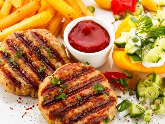 Для каждой из кухонь существует свой собственный рецепт хариссы, тунисская — самая острая, так как содержит больше всех перца чили.