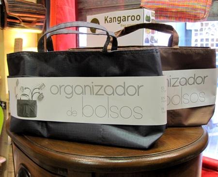 Organizadores de bolsos en gris y marrón de tela plastificada, con dos asitas.