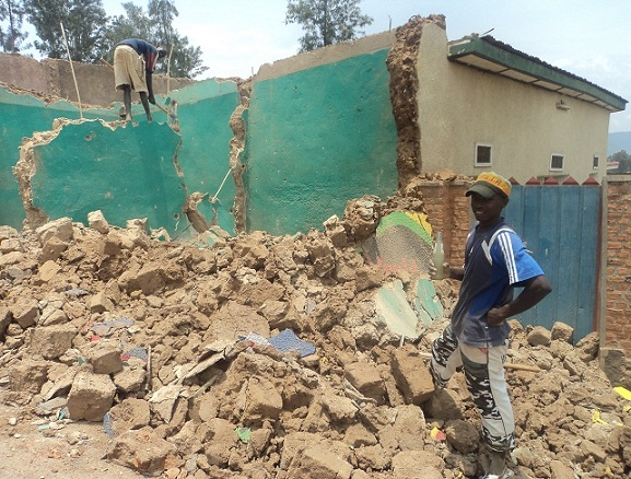The kigali times de l 39 urbanisme kigali - Destruction d une maison ...