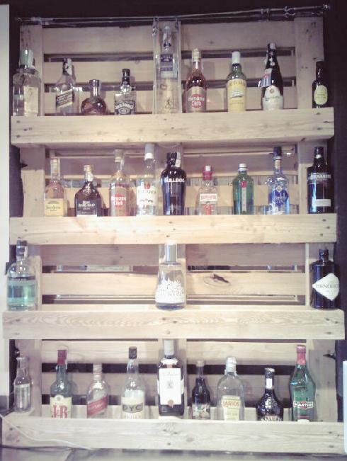 estanteria de pales para botellas hecho a mano