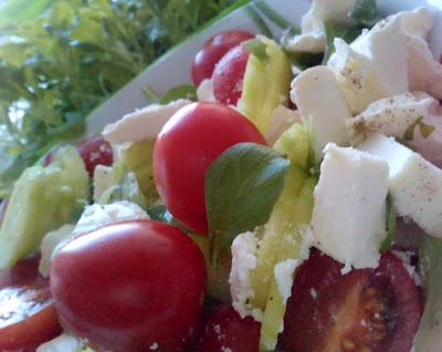 sałatka pomidorowo ogórkowa z serem feta i bazylią