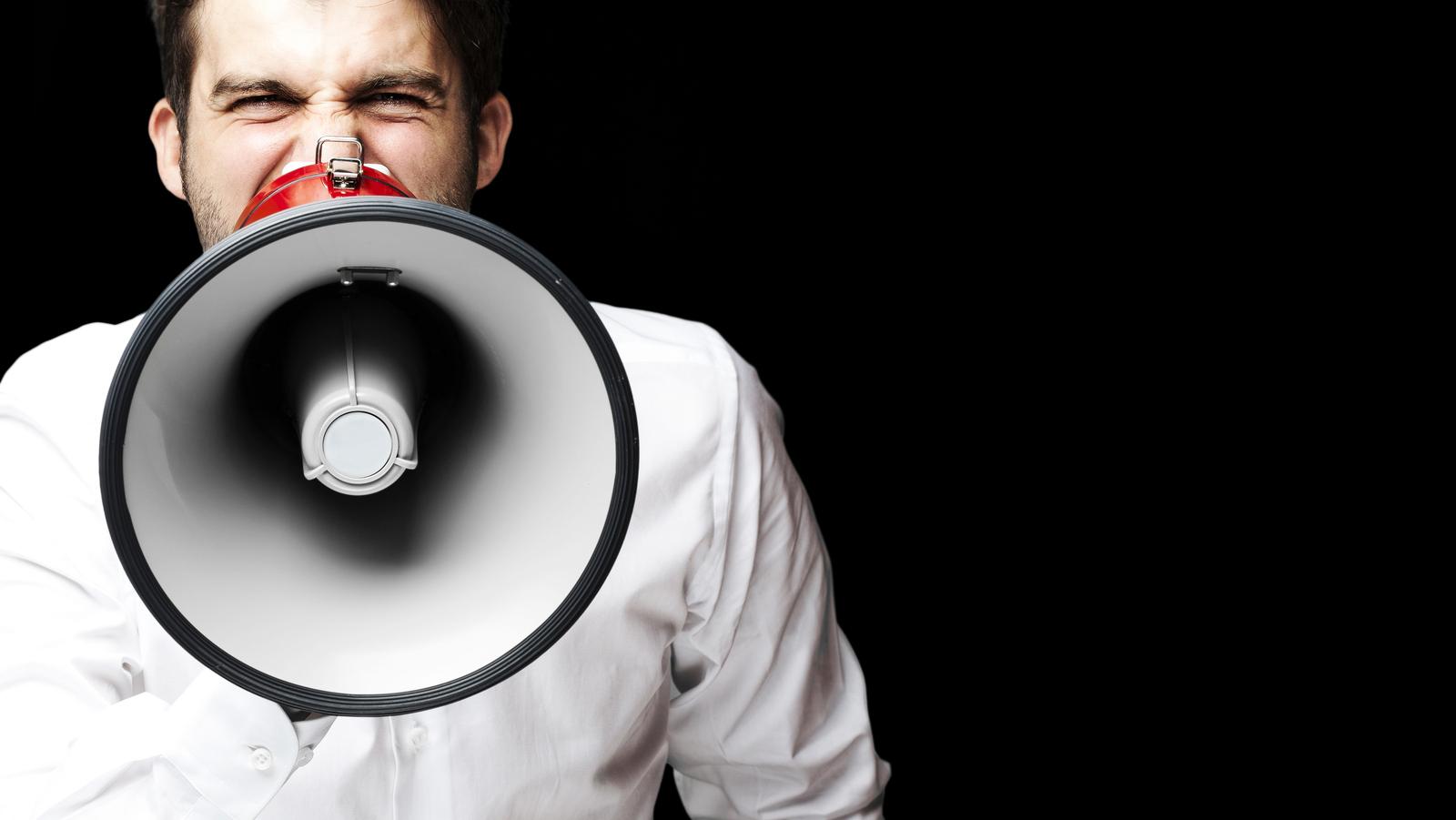 uomo con megafono