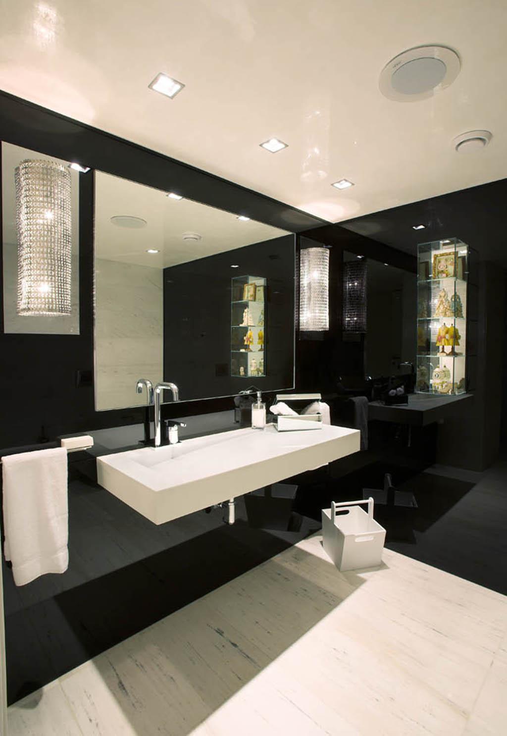 banheiro a cor preta predomina. Os destaques ficaram para a cor branca  #A48327 1024x1486 Banheiro Bancada Branca