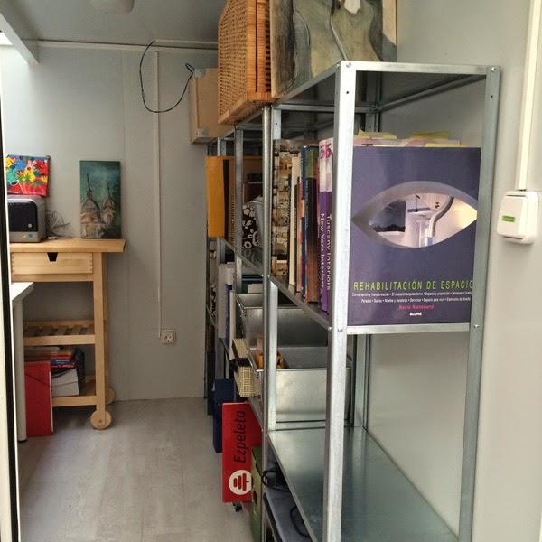 espacio almacenaje con librerías metálicas