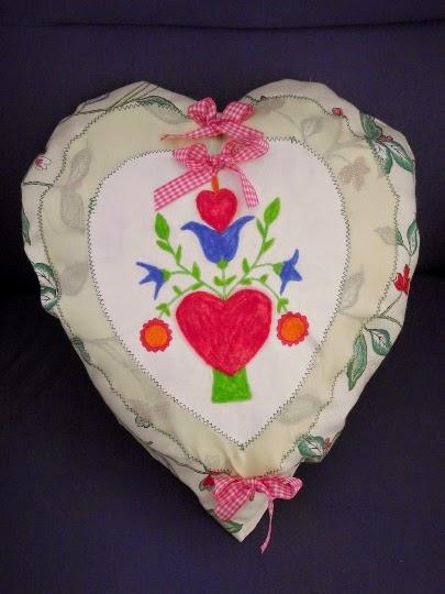 Romantyczna poduszka-serce z motywem ludowym