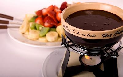 Chocolate derretido caliente y frutas frescas para comer de postre