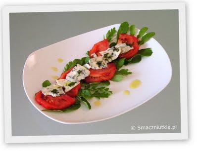 Sałatka pomidorowa z serem pleśniowym na rukoli - przystawka w sam raz na lato