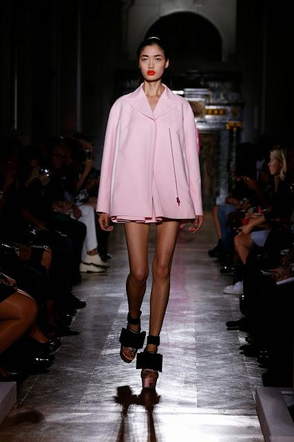 John-Galliano, JGalliano, JG, neo-futuriste, casquette, collection graphique, energique, audacieuse, vibrante, volume, couleurs-intenses, moderne, paris, pfw, printemps-ete, spring-summer, styliste, fashion, mode, fashion-week, paris-fashion-week, mode-a-paris, vogue, collection, womenswear, allure-chic, catwalk, du-dessin-aux-podiums, sexy, fashion-woman, mode-femme, menswear, pap, pret-a-porter
