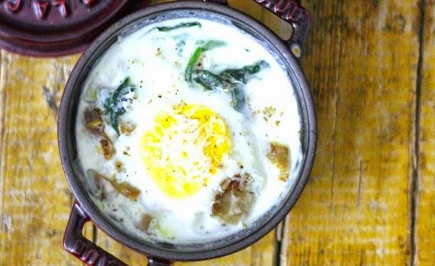 Receita de ovos no forno com cogumelos e espinafres