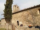 El mur de migdia amb el portal d'entrada de Sant Genís Sadevesa, i el arc de maó massís tapiat