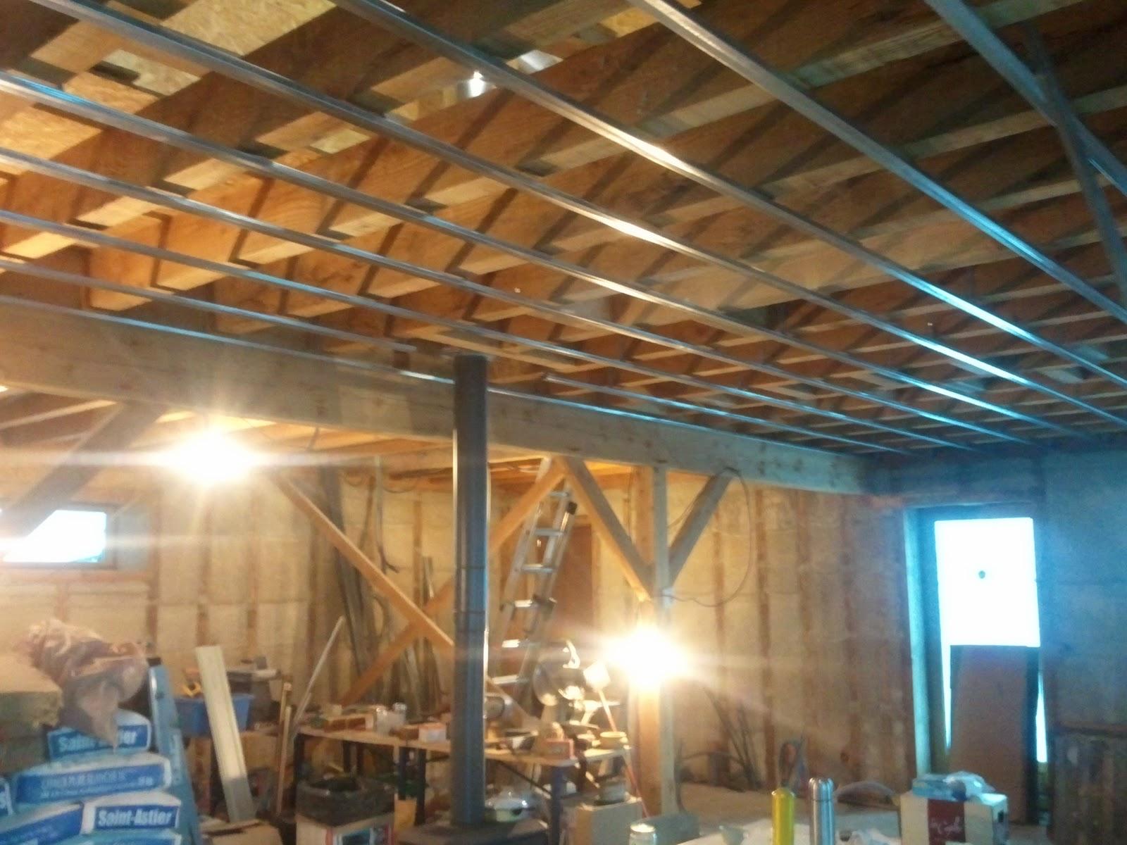 Notre maison ossature bois isolation paille pose des for Plafond ossature bois