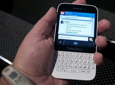 La BlackBerry Q5 es un equipo clave en la transición de OS7 a BB10 en mercados emergentes, y mis primeras impresiones son más de lo que pensé podía esperar del equipo… ¿primera experiencia BlackBerry 10 para todos? Hoy se anunció la Blackberry Q5 y tuve la oportunidad de jugar con una pieza clave en la transición de la base instalada de usuario de BlackBerry, pasando de Blackberry OS7 a Blackberry 10 sin que esto implique perder los mercados emergentes. Y digo clave porque es un equipo que apunta mucho más abajo que la BlackBerry Q10 y la BlackBerry Z10 que