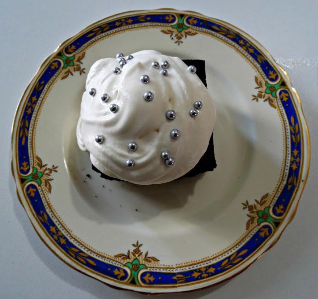 Brownie con cobertura blanca y bolitas plateadas