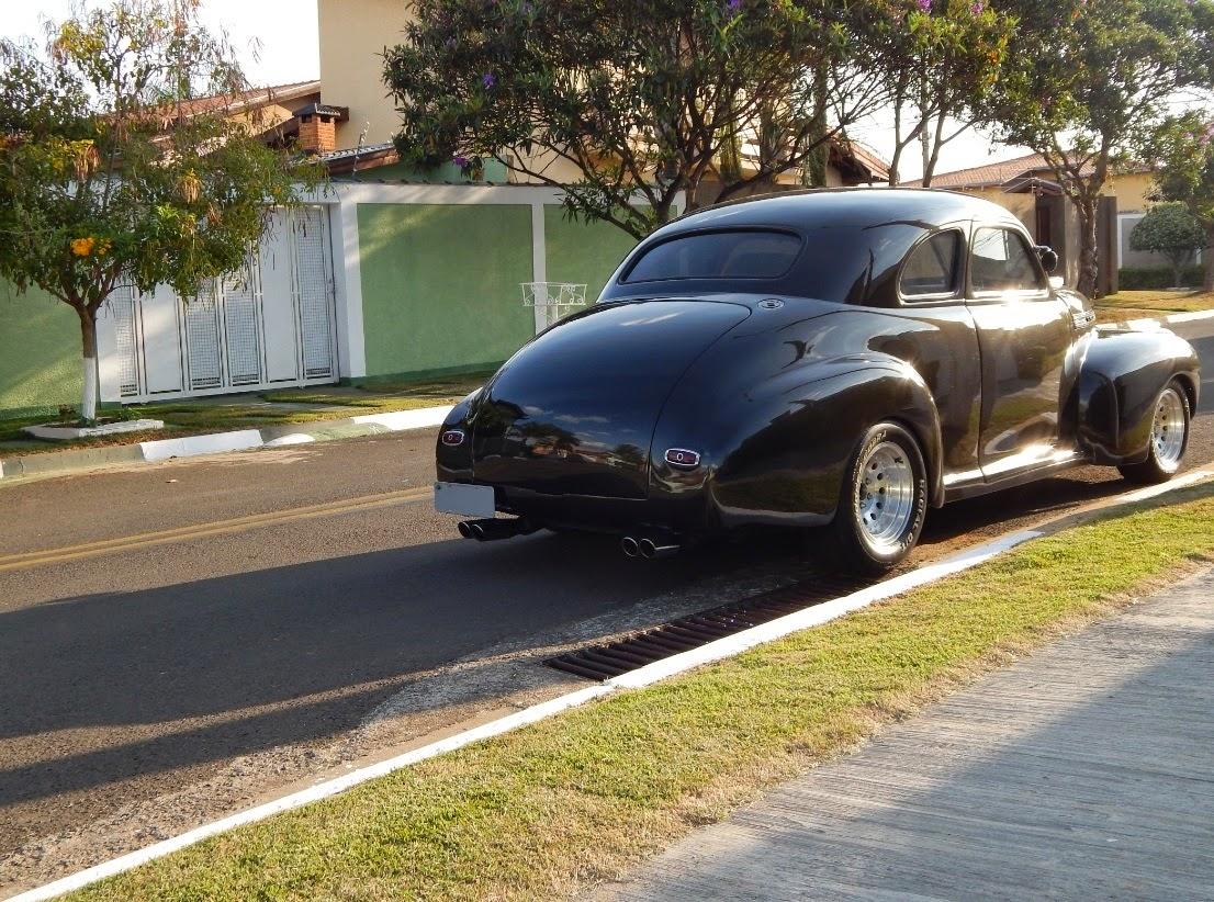 O Chevy Coupé Hot Rod 1941 descansa no por do sol.