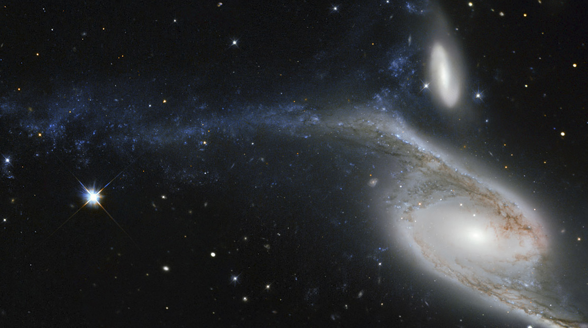 Телескоп Хаббл наблюдает за гигантской галактикой NGC 6872