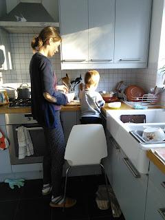 Daniel pomaga robić obiad