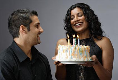 أفكار للاحتفال بعيد ميلاد حبيبك  - man woman birthday