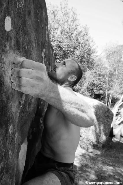 Xavier s'essaye dans un 6c du rocher Canon, fontainebleau, (C) 2014 Greg Clouzeau