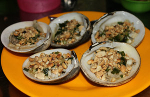 Sò nướng (grilled oysters with onion & peanut)