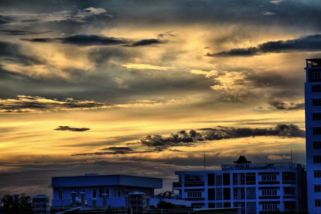 Ciels de Phnom Penh qui, outre la beauté des couleurs, montrent aussi la prolifération de constructions d;immeubles dans le centre, mais aussi dans les quartiers les plus ''tranquilles'' jusque-là...