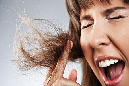La caída de los cabello de la causa y el tratamiento a la muchacha