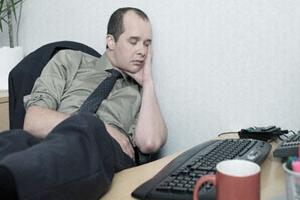 السهر يؤثر بشكل ملحوظ على الحالة العاطفية للرجل ويخفض التستوستيرون