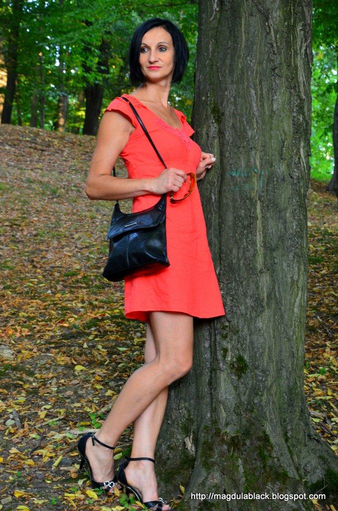 Lniana, haftowana sukienka z falbankami  w kolorze maliny na upalne dni.
