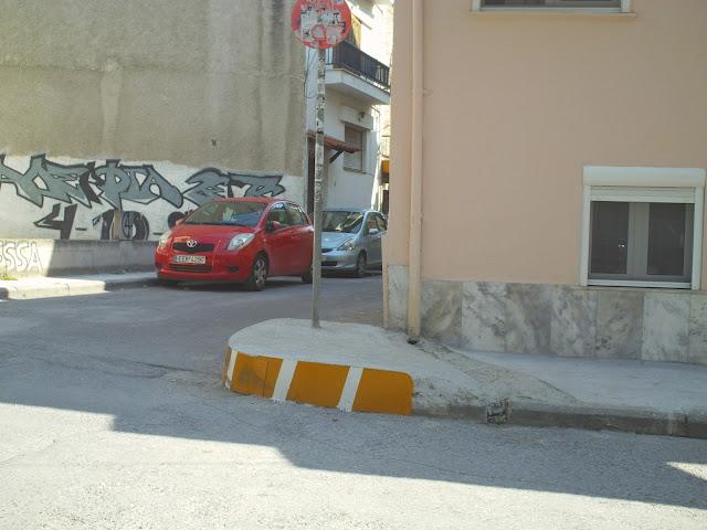 Οι Εδεσσαίοι προσπαθούν να προστατευτούν από τις ορδές των αυτοκινήτων που γέμισαν τις γειτονιές