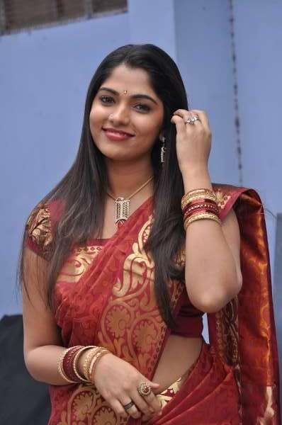 smiling beauty banu puthumukhangal thevai movie saree actress pics