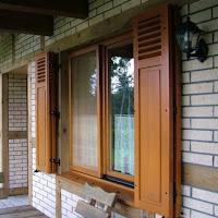 Okno drewniane z moskitierą ramkową i okiennicami