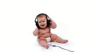 Foto gambar bayi lucu mendengarkan musik 3