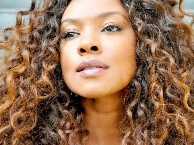 Mulher negra jovem com penteado afro (editar agora): foto