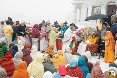 Jagadguru Kripalu Parishat giving blankets to the widows and blind of Vrindavan