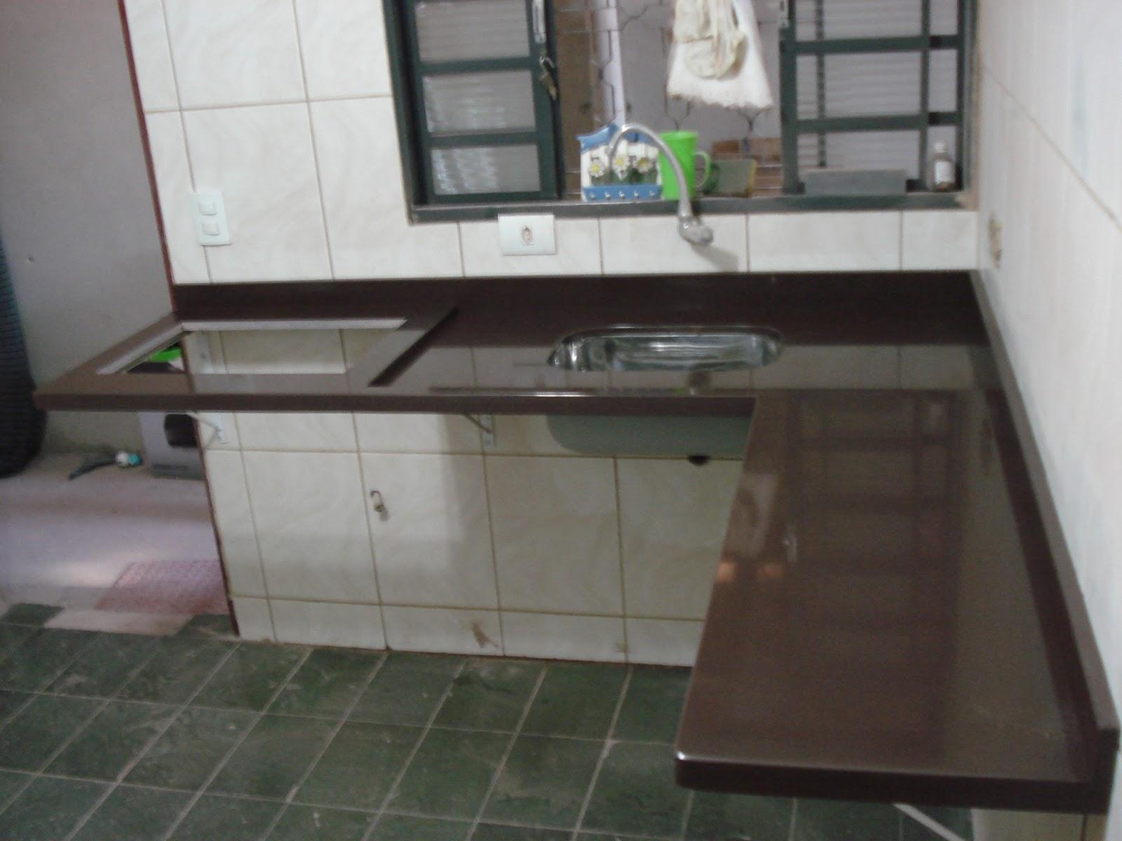 Cozinha Planejada no Granito Marrom Absoluto acabamento Duplo Reto. #5A7853 1600x1200 Banheiro Com Granito Marrom Absoluto