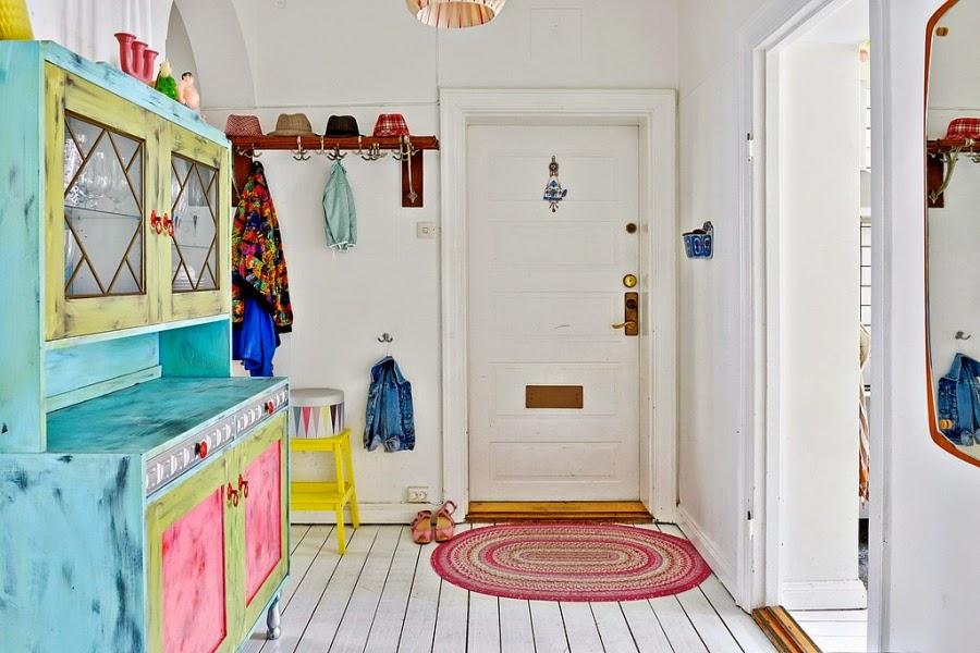 wnętrza, wystrój wnętrz, dom, kolory, radosne mieszkanie, styl skandynawski, białe wnętrza, przedpokój, stary kredens