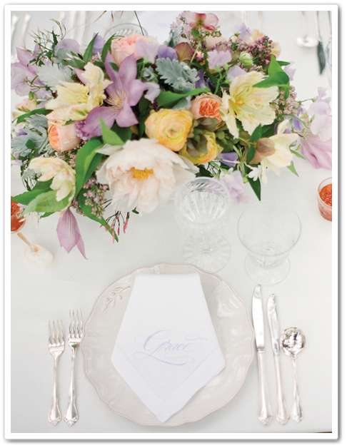 utomhusbröllop, båge bröllop, pasteller bröllop, bröllop klematis trädgårdsrosor jasmin pioner syréner luktärt, outdoor wedding, bröllop lila aprikost, wedding pastel, faded pastels, wedding faded purple peach, wedding clematis