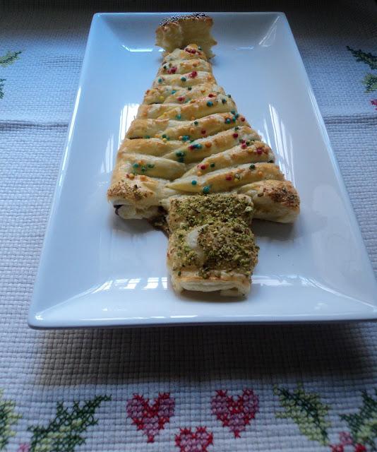 receta casera abeto navideño de hojaldre relleno nutella y pistachos