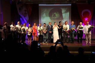 Attila İlhan adına düzenlenen ve sanat şölenine dönüşen Şiir Yarışması'nın Ödül Törenine ünlü isimler akın etti