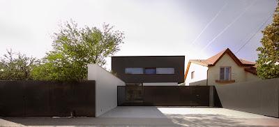 Fasad depan rumah minimalis hitam putih